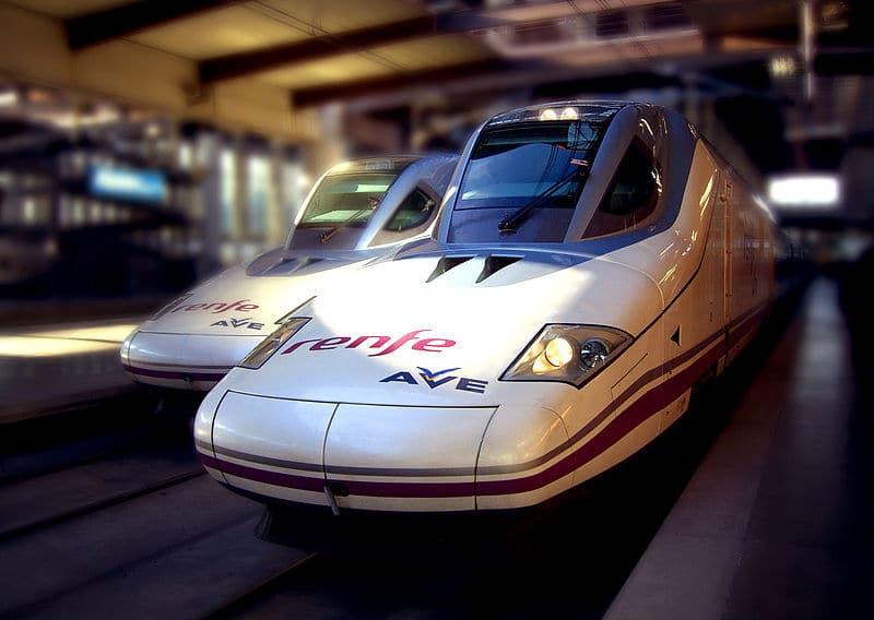 AVE, dos trenes AVE en una estación