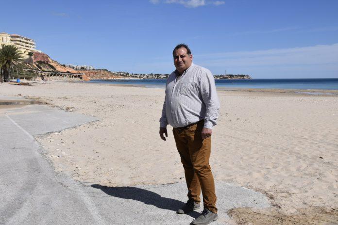 Ángel Noguera concejal de infraestructuras de Orihuela en la Playa de la Glea de Campoamor