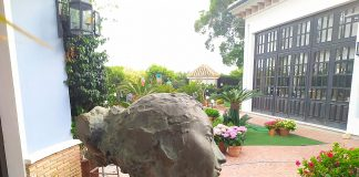 terraza del restaurante casa alfonso de campoamor, destaca por su decoración, obras de arte y jardinería